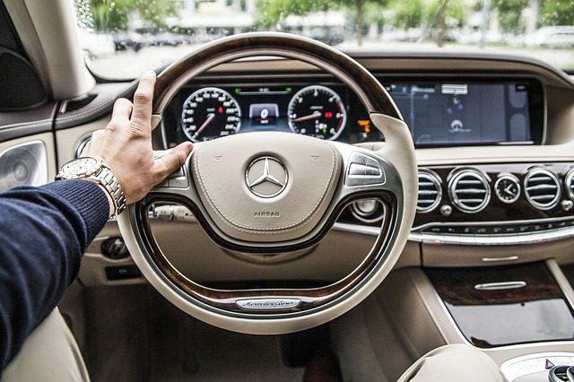 Czym różni się wynajem samochodu sportowego od codziennego?
